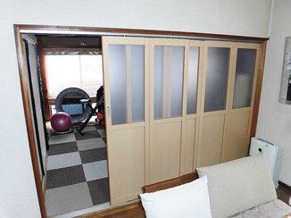内装リフォーム 折戸と引戸を組み合わせた出入りのしやすい間仕切り戸