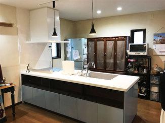 キッチンリフォーム フラットなデザインの清潔感ある対面型キッチン